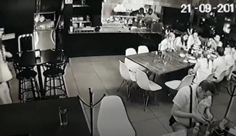 墨西哥酒吧枪击惨案,匪徒步枪扫射后手枪补枪,致4死3伤