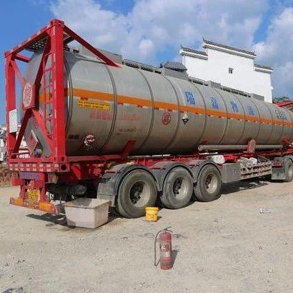 危险!满载油罐车途经抚州发生泄漏!随时可能爆炸…