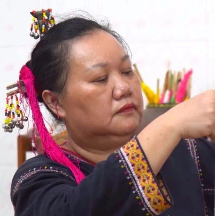 黎族:一双巧手织出多彩黎锦,千年技艺织造绚丽生活