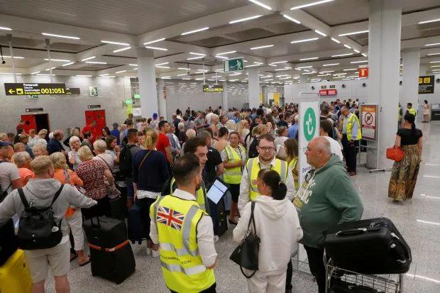 英国最大旅行社倒闭 60万游客被困 有人大发横财