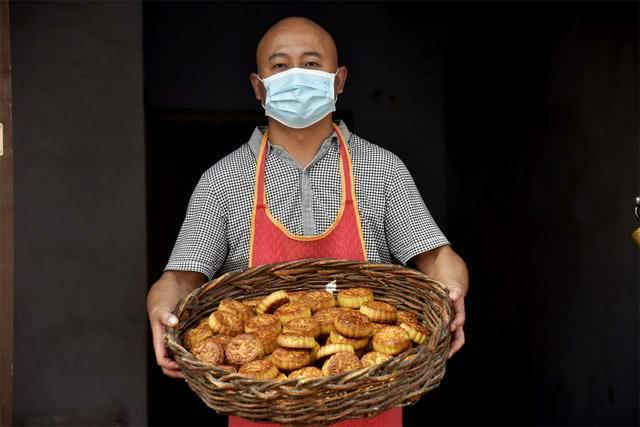河南农村集市上的自制月饼,八块钱能做一斤,没有包装却很好吃