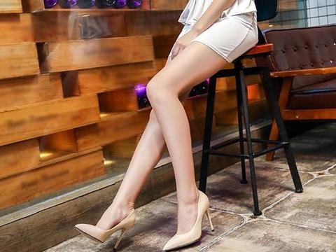 尖头细高跟,能修饰女生的腿部线条,让双脚更显纤巧细致!