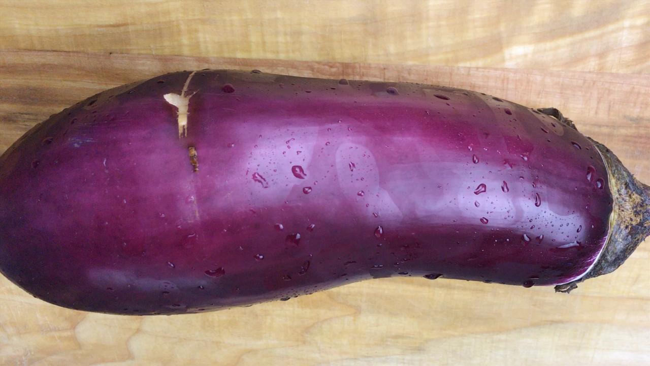 茄子这样做不粘锅底,配上剁椒酱,彻底征服你的味蕾!