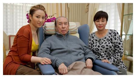 赌王98岁疾病缠身仍不愿离开人世,每月花费上亿医药费,近况如何