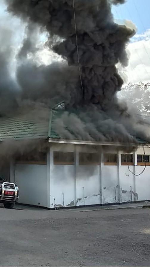 政府大楼起火 图自社交媒体