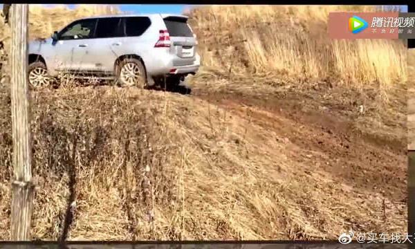 视频:普拉多 vs 大众途锐,湿滑泥坡越野,差距不是一点半点