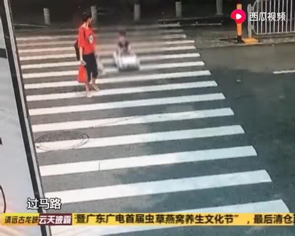 深圳:小孩把玩具车开上马路,全然不知危险,被民警拦下带回所里