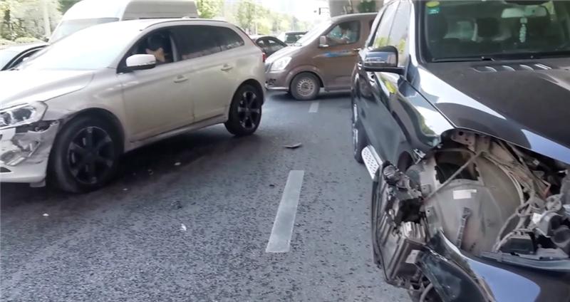 80万奔驰GLE撞沃尔沃,看到车损那一刻,才知沃尔沃安全性有多强