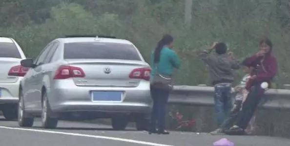 国庆跑高速,老司机都这样超车,原来这里面大学问,新手司机注意