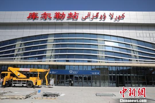 9月25日,新疆库我勒新建的站房工程片面建成,凸隐独具的年夜气壮不雅之外形特性,正在新中国建立70周年降临之际正式投用。 杨薄伟 摄