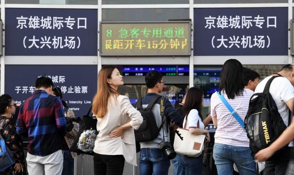 2019年9月20日,正在京雄乡际铁路(北京段)守旧前夜,提早体验北京西站开往年夜兴机场站那条线路。 视觉中国 图