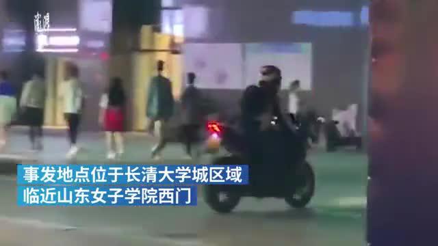"""山东女子学院附近,一群摩托车""""炸街"""""""