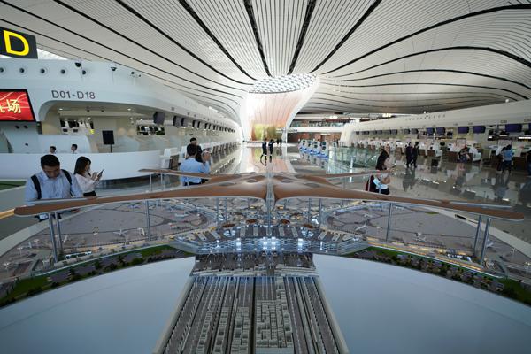 9月25日拍摄的正在北京年夜兴国际机场航站楼内摆放的机场航站楼模子。