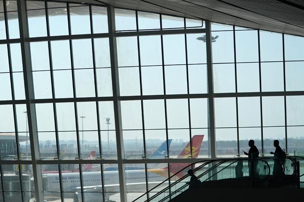9月25日,搭客正在北京年夜兴国际机场航站楼内筹办伺机。