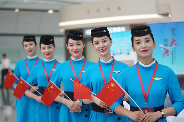 9月25日,厦门航空公司事情职员正在北京年夜兴国际机场航站楼内驱逐搭客。