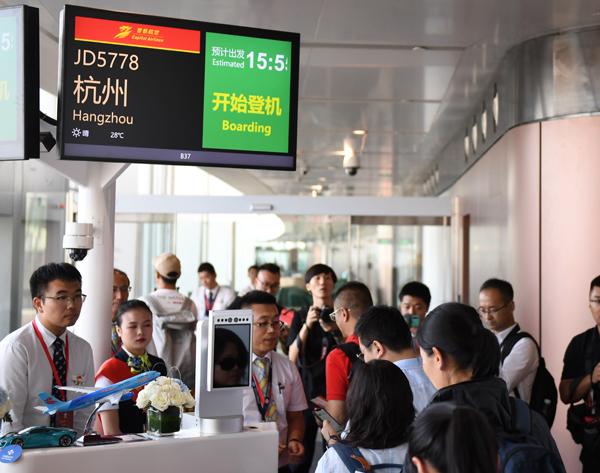 9月25日,搭客正在北京年夜兴国际机场航站楼内登机。