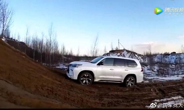 视频:雷克萨斯LX570挑战泥坡,无论发动机怎么嘶吼,就是上不去