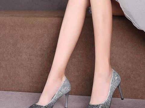 纤巧足尖的高跟鞋,散发女人优雅的气质