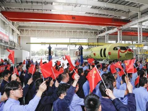 新舟700飞机在航空工业西飞民机成功启动了机身与机翼精准对接。