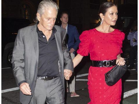 凯瑟琳泽塔琼斯穿红色长裙现身庆生 和老公道格拉斯牵手恩爱十足