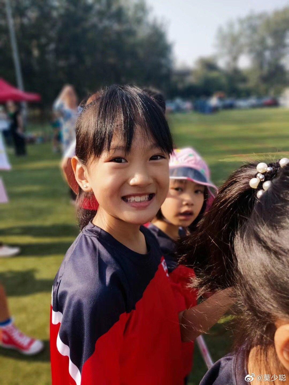 莫少聪为女儿参加运动会助威,8岁的莫芷嫣才貌双全很活泼