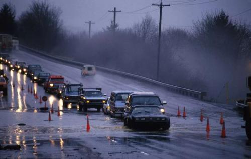 下雨天驾驶电动汽车有哪些关于安全的注意事项?