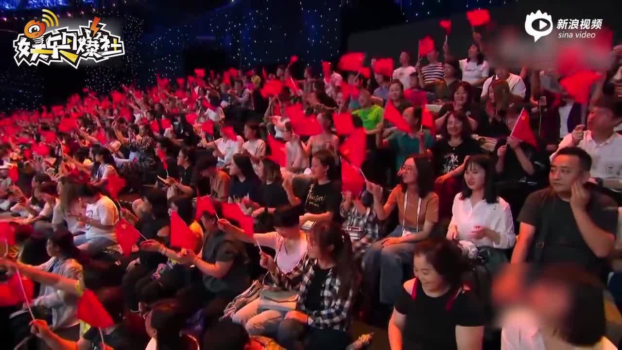 劉濤為祖國獻唱《今天是你的生日》 穿橘色襯衫優雅端莊