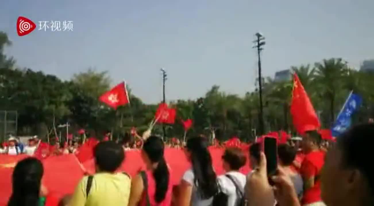 视频:一片旗海!数百香港市民在尖沙咀歌唱祖国