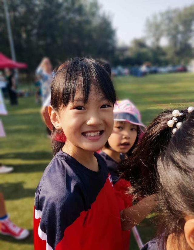 莫少聪晒女儿参加运动会勇夺第一,莫芷嫣快到爸爸肩膀,颜值不低