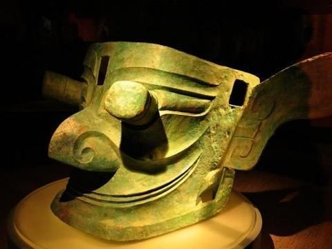 四川现60座古墓,船棺引考古队大喜,2颗废弃玻璃珠被捧为国宝!