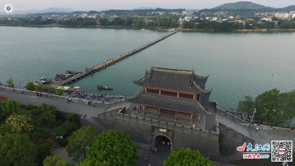 航拍赣州搭在木舟上的桥梁——建春门古浮桥