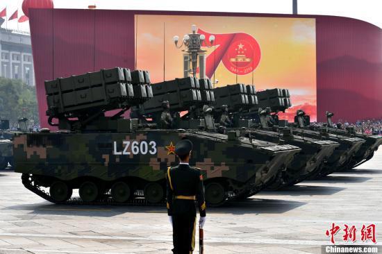 10月1日上午,庆祝中华人民共和国成立70周年大会在北京天安门广场隆重举行。图为受阅的反坦克导弹方队。中新社记者 王东明 摄