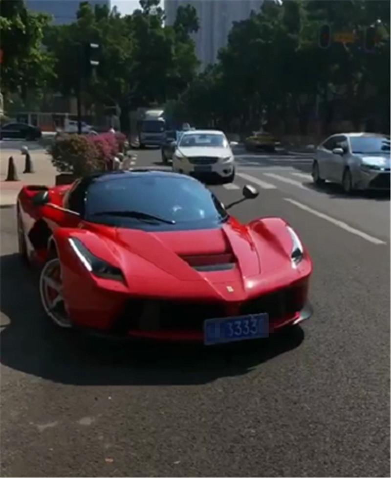 """2250万拉法现广州,全车""""赛道红"""",还挂3333车牌,牌就值50万"""