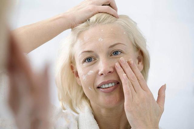 女人有皱纹不要慌,建议每天这样护肤,补水美白还能祛皱