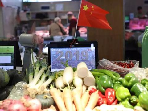 厉害了,这个菜市场,卖菜的称上就看完了国庆阅兵直播
