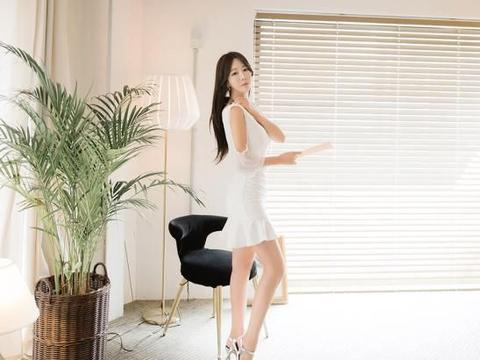 鱼尾连衣裙穿在郑有贞身上,洋溢出高贵的气质