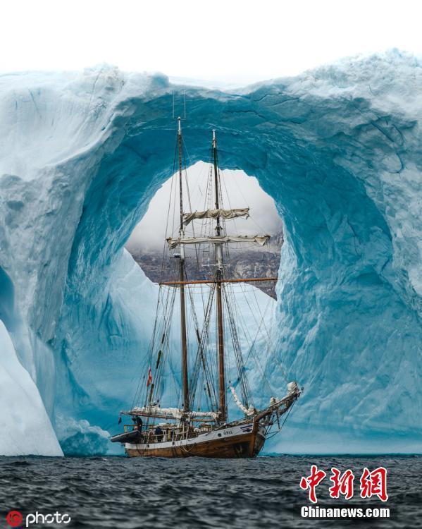 78岁老船经过格陵兰岛冰拱门宛如时光被冻结