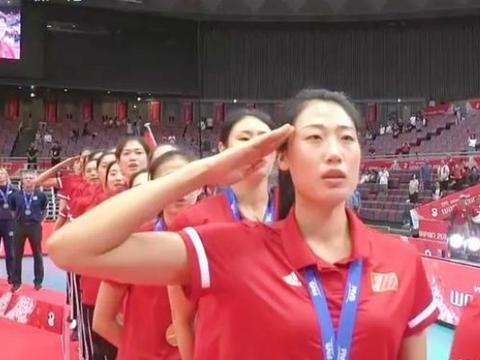 致敬颁奖典礼上中国女排刘晏含和袁心玥的动作为什么和别人不一样