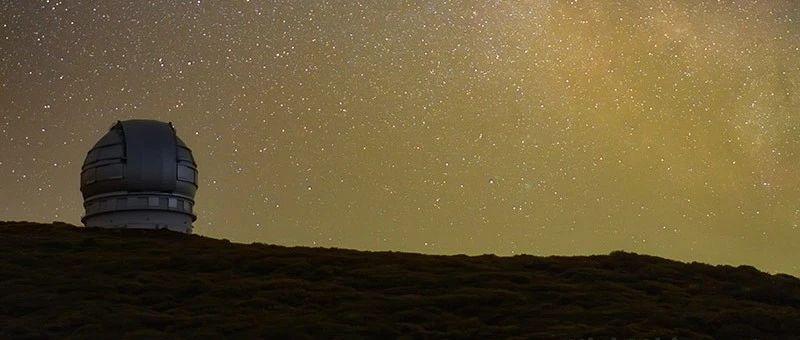 地球上最大的光学和红外望远镜之一,在银河之下显得渺小而又伟大 | 夜空中国