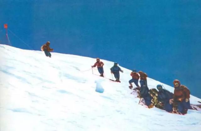 被网友笑称《雪域战狼之珠峰绝恋》,《攀登者》爱情戏份成诟病