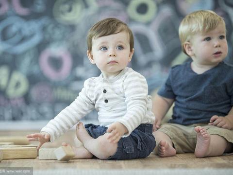 双胞胎喂养时,无论是母乳喂养还是配方奶喂养都是有一定难度