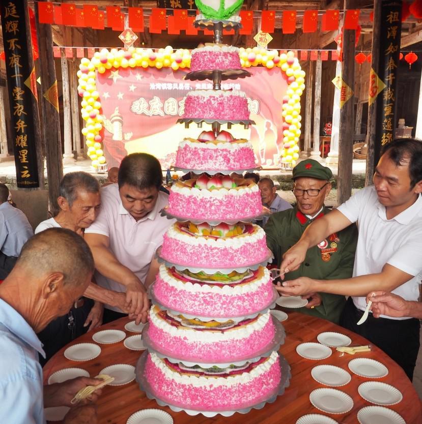 9層巨型生日蛋糕!撫州一古鎮為200多位老人開派對…