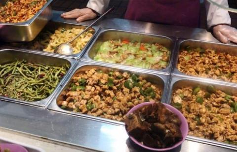 清华大学开学了,新生晒食堂饭菜,网友:要把学霸培养成吃货吗?
