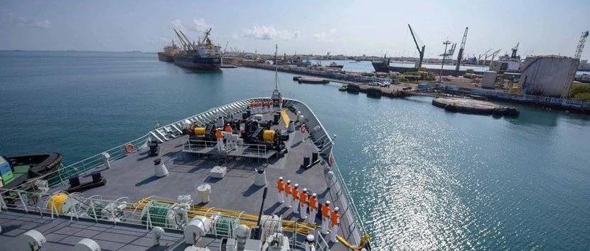 海军第三十三批护航编队可可西里湖舰停靠吉布提港补给休整