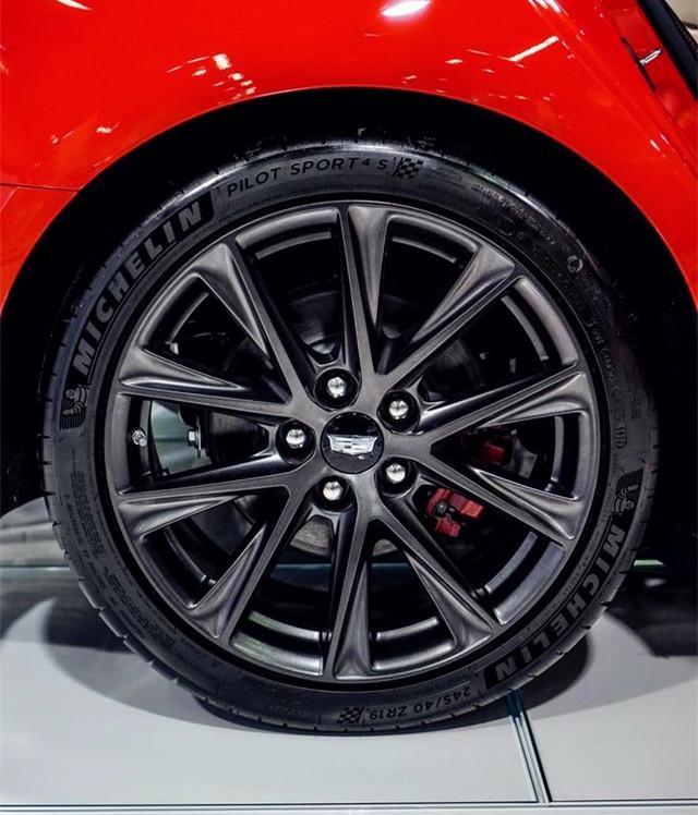 凯迪拉克CT5-V实车亮相,橙色车身,四出排气,3.0T爆发360马力