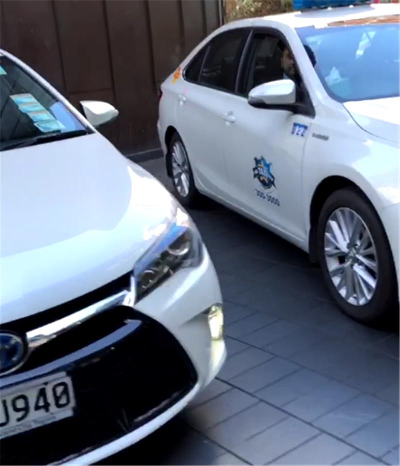 """新西兰打车,出租车全是""""混动版""""凯美瑞,但你招手司机不会停"""