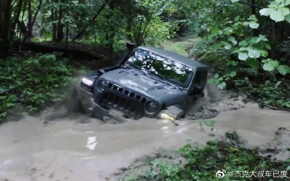 视频:Jeep牧马人挑战泥潭,一脚油门下去,简直太帅了