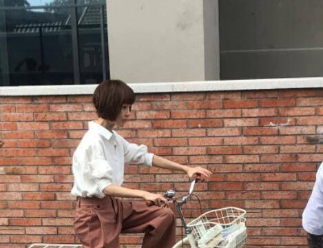 49岁主持人陈鲁豫近照曝光,骑自行车录制新综艺,瘦到青筋凸起