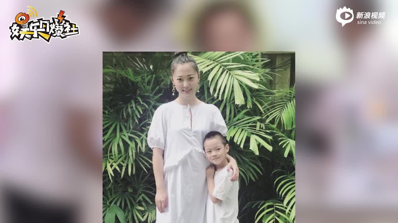 視頻 :48歲王學兵罕見被拍 帶5歲兒子外出購物享天倫之樂