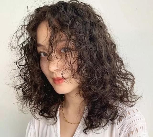 搭配冷色调的黑色羊毛卷发,更显复古风, 脸大的妹子也显得非常和谐.